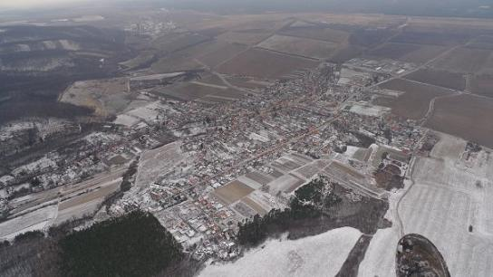 Zasnežená Sološnica z pohľadu paraglidistu