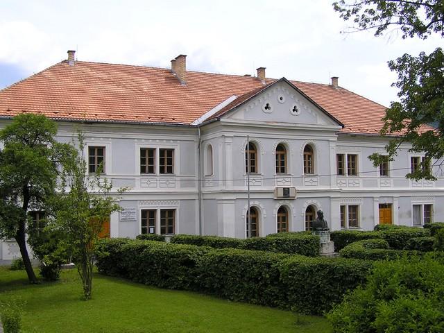 REVÚCA - Novšia budova Prvého slovenského gymnázia