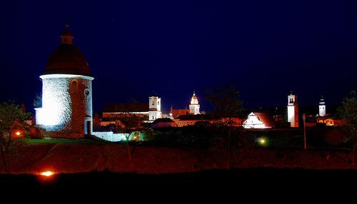 Centrum Skalice s pohľadom na Rotundu v noci.